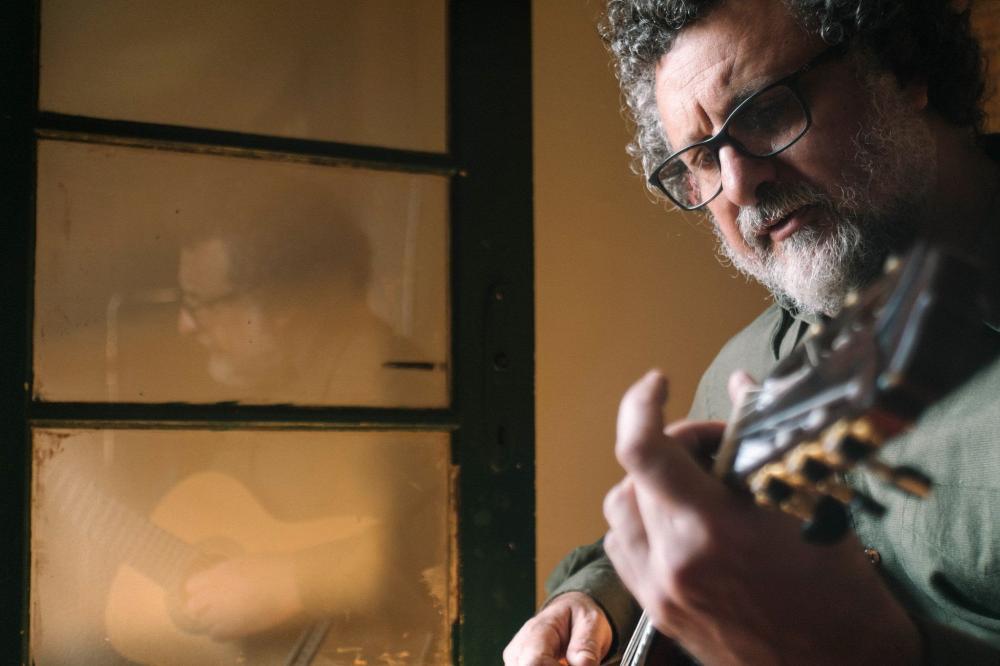 Marcelo Delacroix realiza show híbrido no Teatro CHC Santa Casa dia 14 de outubro. Crédito: Vitória Proença